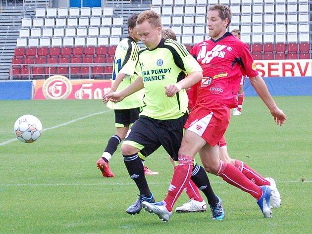 Jan Javůrek bojuje o míč.