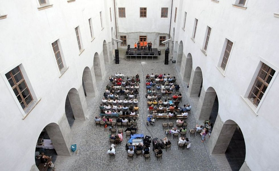 Předzahrada na nádvoří bývalého Augustiniánského kláštera ve Šternberku