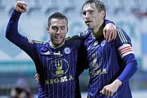 Depetris (vlevo) slaví s olomouckým kapitánem Škerlem gól do sítě Slavie