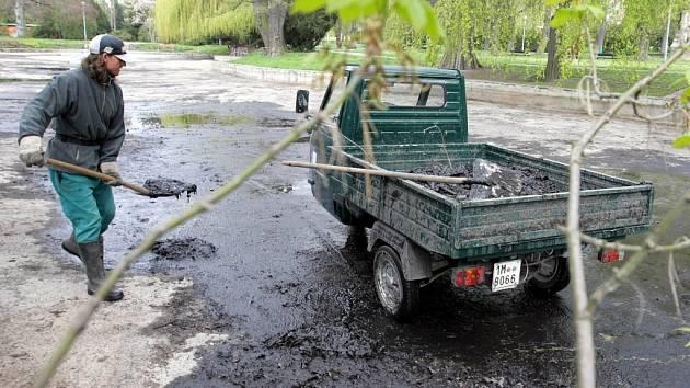 Jezírko v parku se dočkalo důkladné očisty.