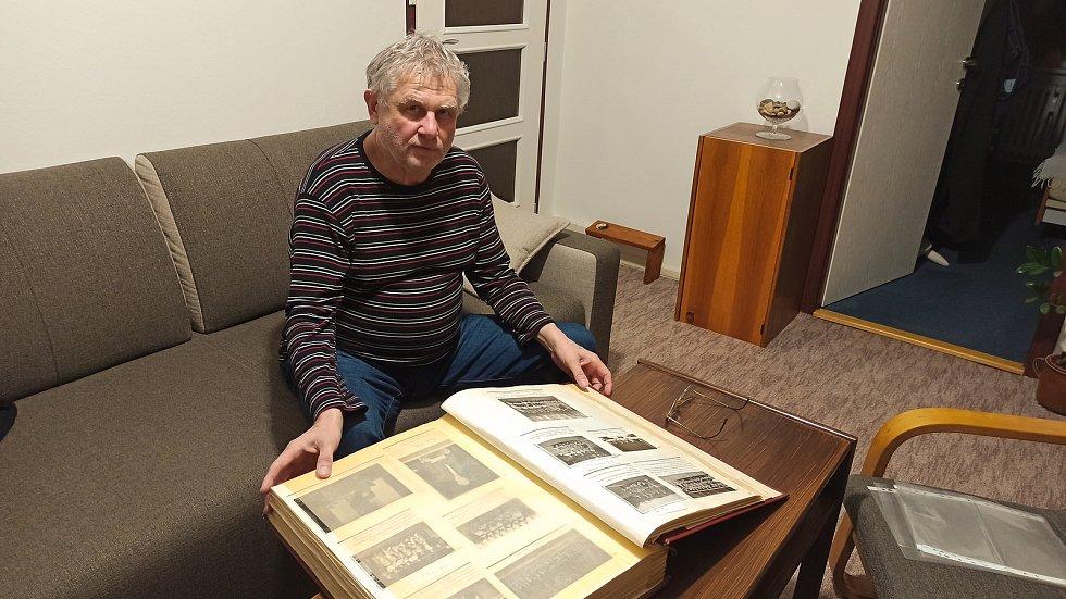 Litovelský kronikář Pavel Blažek a jedna ze tří obrovských kronik, které mapují historii tamního fotbalového oddílu.