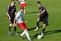 Fotbalisté HFK (v černém) si na domácím hřišti poradili s Hulínem v poměru 3:1.