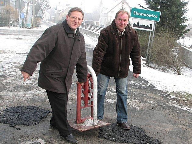 Starosta Velkých Kunětic Jiří Neumann (vpravo) odstraňuje zábranu.