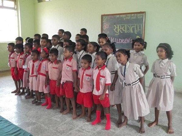 Řada dětí zkmene Kathkaris navštěvuje školu, kterou provozují bethánské sestry. Ty se snaží zabránit utlačování kmene zvýšením vzdělanosti