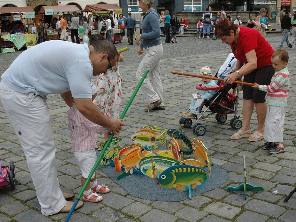 Jarmark před olomouckou radnicí nabízel řemeslné výrobky, ale i návštěvníci si mohli zahrát i různé hry.