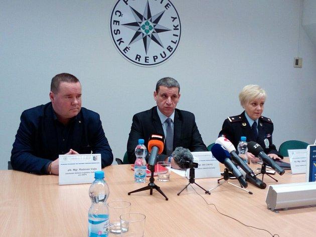 Rok poté, co dvojnásobnou wimbledonskou šampionku Petru Kvitovou napadl a pořezal vjejím prostějovském bytě neznámý muž, policie případ odložila. Po pachateli pátrala od 20.prosince 2016neúspěšně. Foto je ztiskové konference kriminální policie