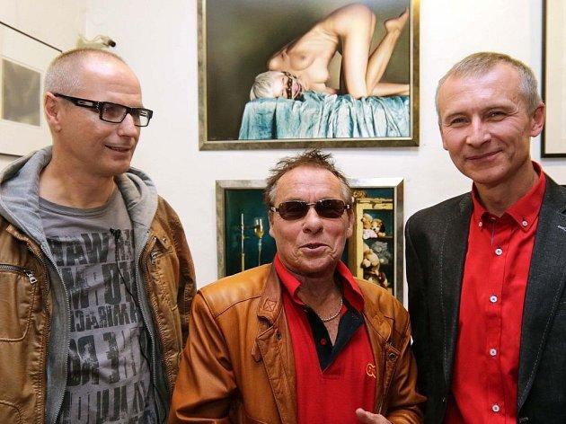 Jan Saudek na vernisáži výstavy fotografií Michala Macků (vpravo) a Antonína Tesaře (vlevo) v olomoucké galerii Mona Lisa