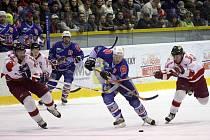 Olomoučtí hokejisté se snaží zastavit chomutovský nájezd.