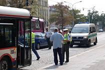 Autobus se srážce vyhnul, další automobil na křižovatce už zabrzdit nestačil.