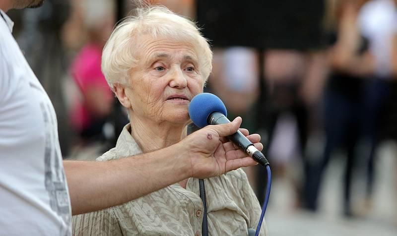 Zdena Mašínová. Demonstrace proti Babišovi a komunistům na Horním náměstí v Olomouci