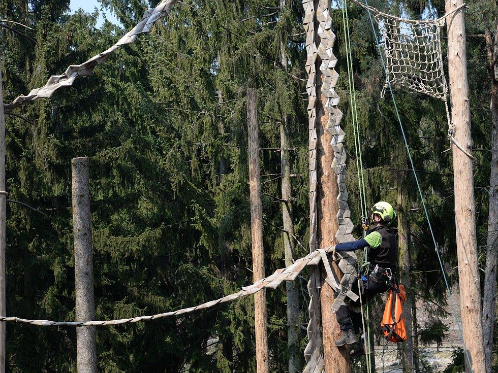 Vyřazené hasičské hadice využijí primáti v Zoo Olomouc.
