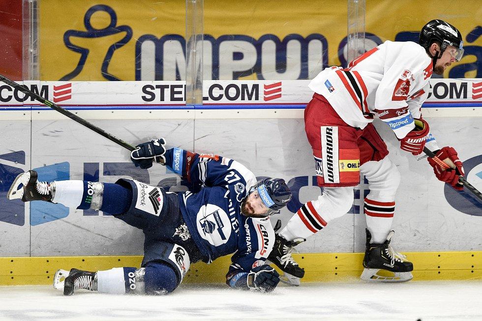 Dohrávka 12. kola hokejové extraligy: HC Vítkovice Ridera - HC Olomouc, 12. ledna 2021 v Ostravě. (zleva) Rastislav Dej z Vítkovic a Vilím Burian z Olomouce.