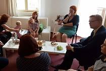 Ve čtvrtek odpoledne se za maminkami a pracovnicemi do Společnosti pro ranou péči v Olomouci přijel podívat i vicepremiér vlády České republiky Pavel Bělobrádek.