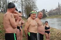 Plavci se chystají do vody. Vyráželi po pěti.