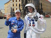 Kosmonaut a jeho NASA asistentka v Olomouci zvali na výstavu Cosmos Discovery, která je do 2. září k vidění v areálu výstaviště v Brně.