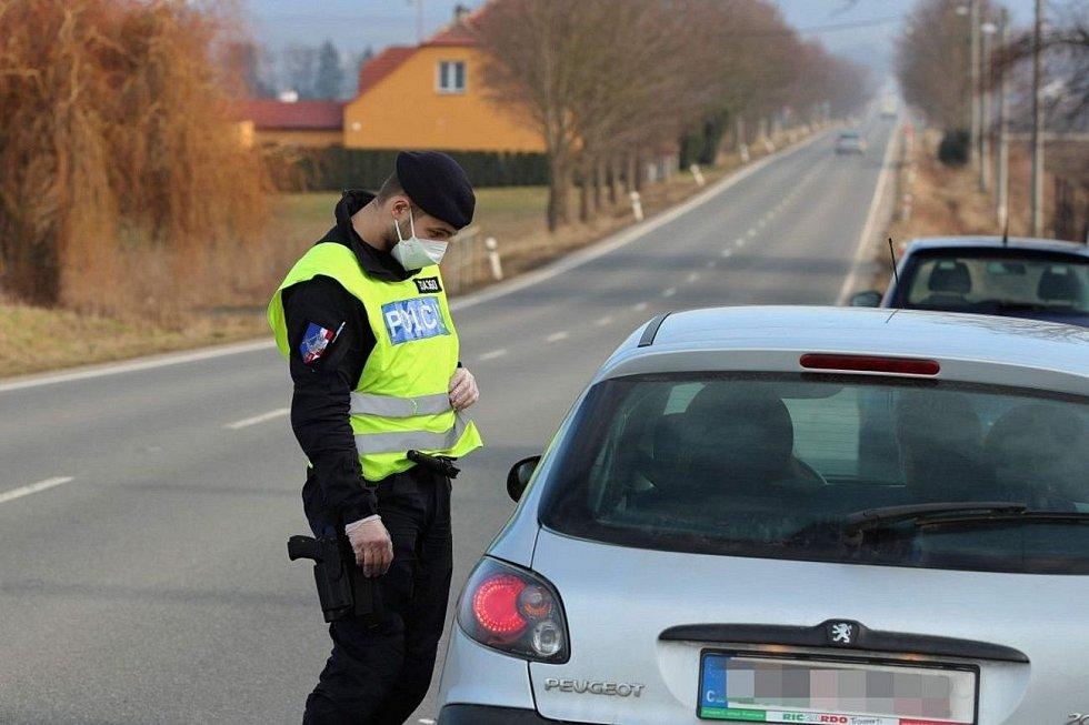 První březnový víkend: policisté s vojáky v Olomouckém kraji hlídají dodržování opatření omezujících cesty mezi okresy