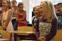 Jedna ze dvou tříd ZŠ ve Štarnově se ve čtvrtek opět zaplnila žáky. Kromě osmi už zkušených druháků zasedlo do předních lavic společné třídy devět prvňáčků.