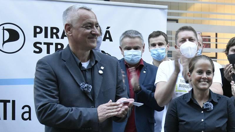 Lídr Josef Suchánek (vlevo) s týmem Pirátů a Starostů po vyhlášení výsledků voleb před Galerií Moritz v centru Olomouce. 3. října 2020