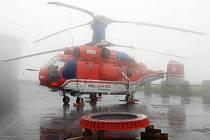 Vrtulník Kamov Ka-32 na Pradědu čeká na vhodné počasí pro montáž nového vysílače.