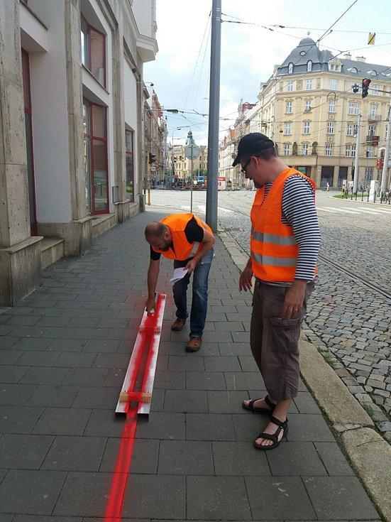 Srpen 2019. Opozice se červenými čarami snažila upozornit na chystané zúžení chodníků při plánované rekonstrukci ulice 8. května v Olomouci