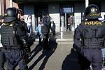 Příjezd fanoušků Baníku na olomoucké hlavní nádraží