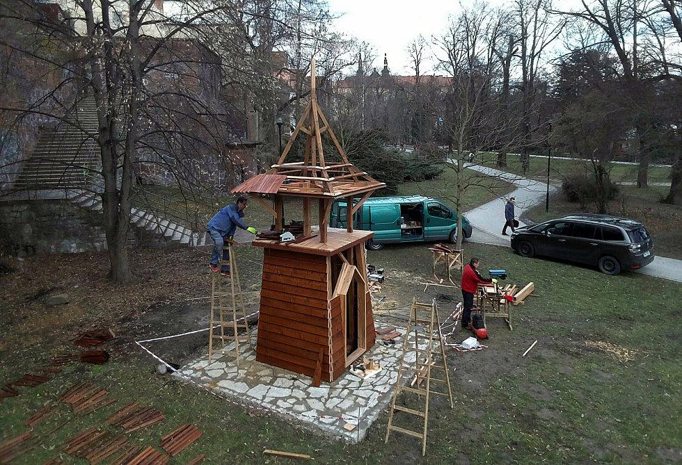 Stavba nové zvoničky v Bezručových sadech v Olomouci.