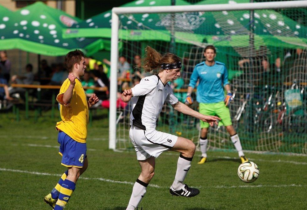 Fotbalisté Chválkovic (v bílém) proti Klenovicím
