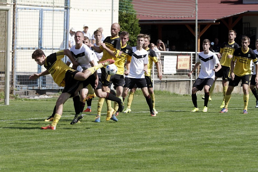 Olomoucký divizní tým Nové Sady (ve žlutém) podlehl rezervě Opavy 1:3.