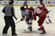 Olomoučtí hokejisté (v bílém) v přípravě proti Třinci. Ilustrační oto
