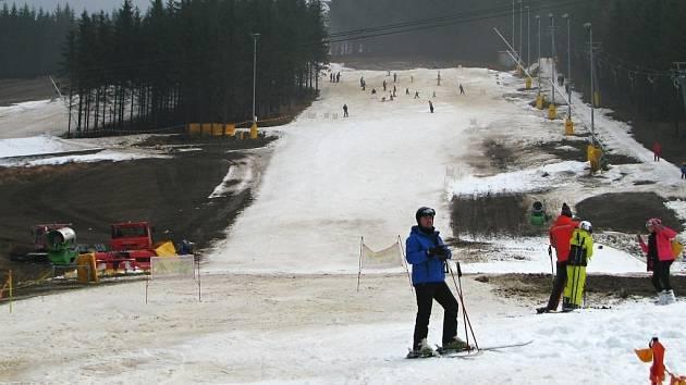 I přes teploty vysoko nad nulou se v některých střediscích v Jeseníkách stále lyžuje. V Koutech nad Desnou stále jede lanovka a dva vleky.