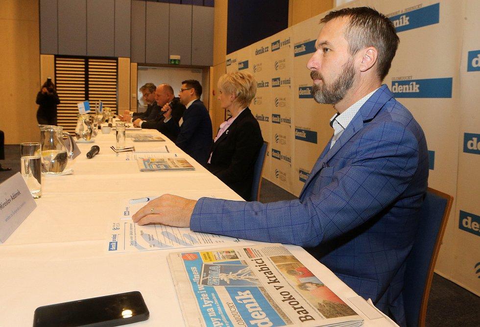 Senátor Miroslav Adámek. Debata s hejtmanem Ladislavem Oklešťkem v olomouckém Clarion Congress Hotelu.