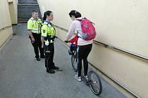 Městská policie v Olomouci dohlíží na jízdy kolobežkářů. Ilustrační foto