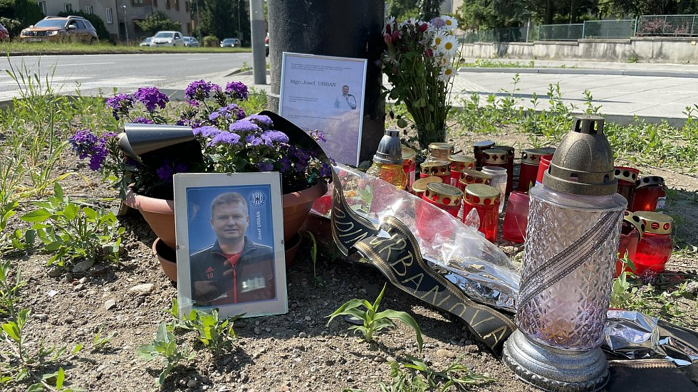 Pietní místo na místě tragické nehody na křižovatce třídy Míru a ulic Pražská a Foerstrova, 9. června 2021