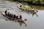 Dračí lodě od sobotního rána čeří vodu řeky Moravy u Dětského centra Ostrůvek na Nových Sadech v Olomouci.