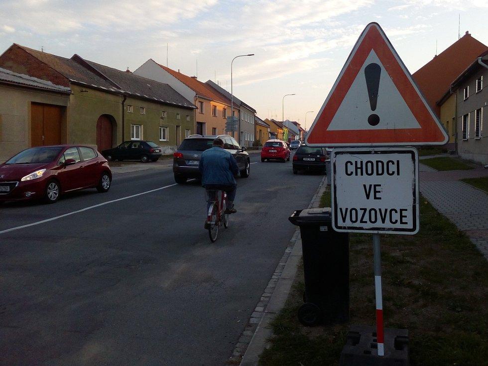 Uzavírka na Chomoutov způsobila nárůst dopravy v Horce nad Moravou, kde jsou hlavně v ranní špičce velké kolony. Ač silniční úřad stanovil objížďku na Chomoutov přes Litovel, podle očekávání jezdí motoristé přes Horku.