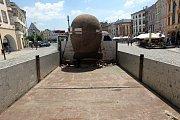 Velká hlavička Kurta Gebauera. Instalace poslední sochy v rámci projektu Sculpture Line na Dolním náměstí v Olomouci.