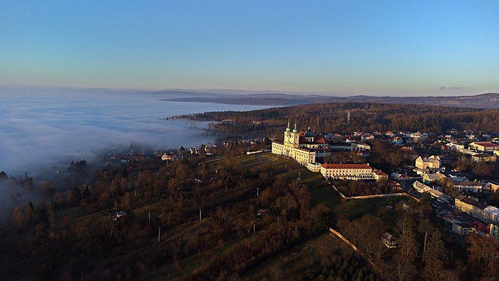 Mlha nad Olomoucí a sluncem zalitý Sv. Kopeček, 31. prosince 2020