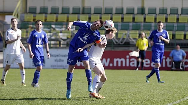Fotbalisté béčka Holice prohráli utkání s Lutínem (v modrém) 0:1