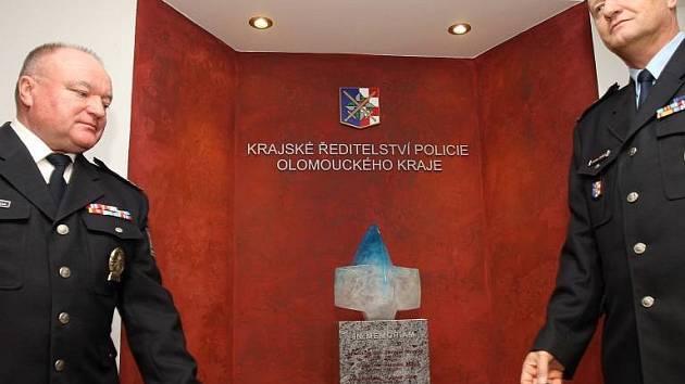 Skleněná plastika ve vestibulu Krajského ředitelství Policie ČR v Olomouci přípomíná policisty, kteří zahynuli ve službě