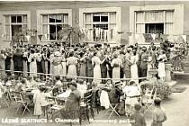Lázeňská kultura. Fotografie z Lázní Slatinice zachycuje období kolem roku 1940. Na fotografii vidíme mramorový taneční parket a populární nedělní taneční odpoledne.