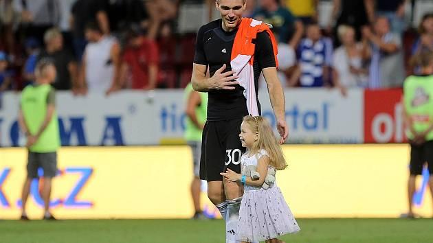 Brankář Sigmy Miloš Buchta si užívá děkovačky po zápase se Sevillou