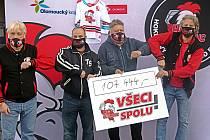 Fanoušci HC Olomouc předali šek na podporu klubu