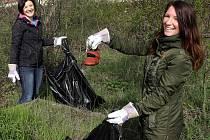Ukliďme Česko - Dobrovolníci na jarním úklidu u Klášterního Hradiska v Olomouci