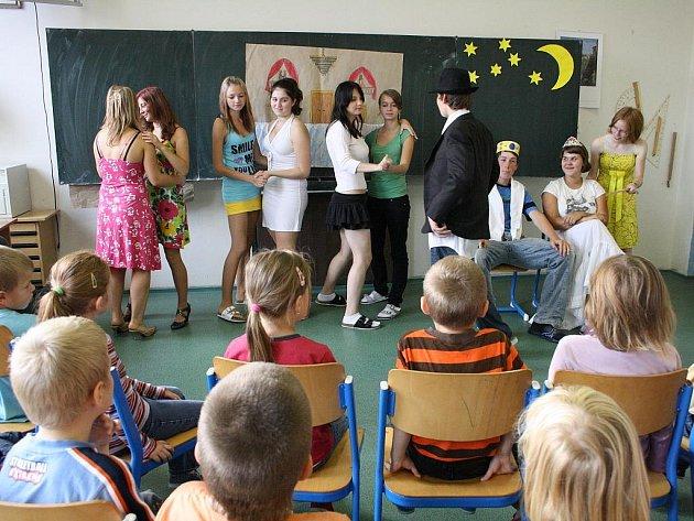 Děti oslavovaly v cizím jazyce