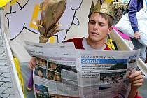 Král Majálesu 2015 kanoista Richard Hála čte Olomoucký deník