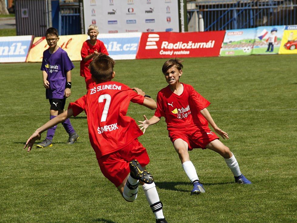 Hráči ZŠ Sluneční (v červeném) porazili v semifinále tým ZŠ Heyrovského.
