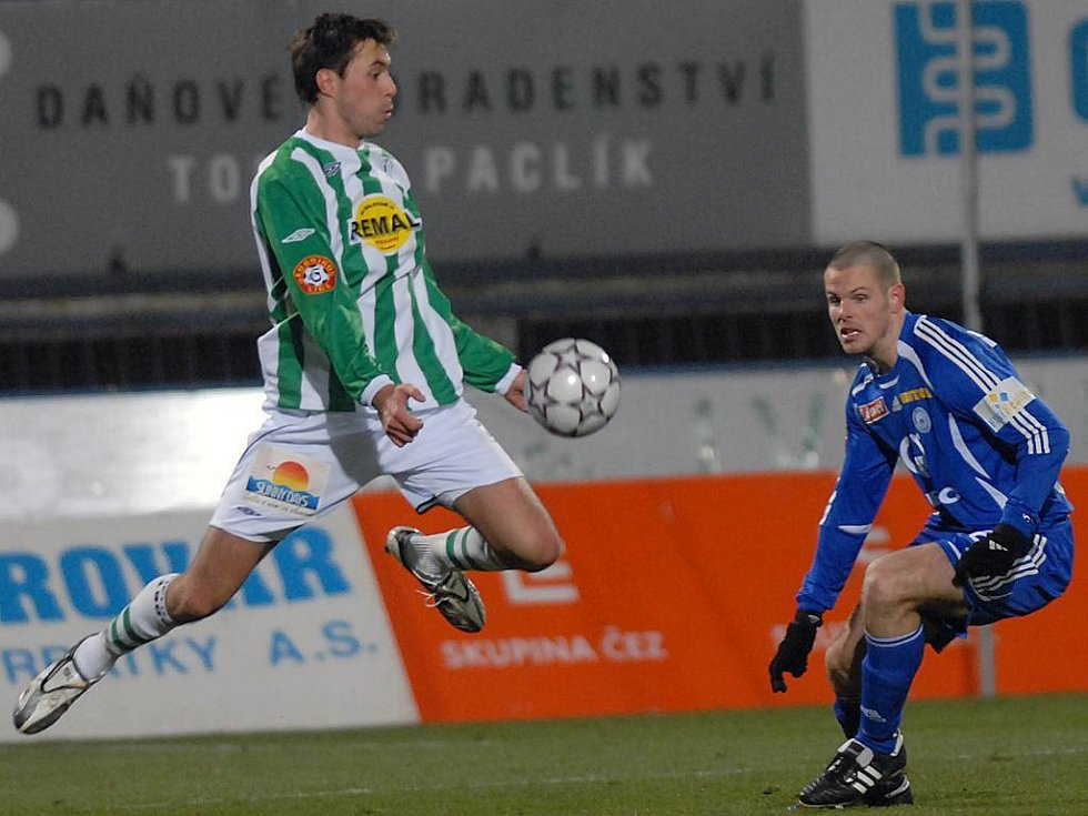 Ordoš si zpracovává míč, přihlíží Martin Hudec.