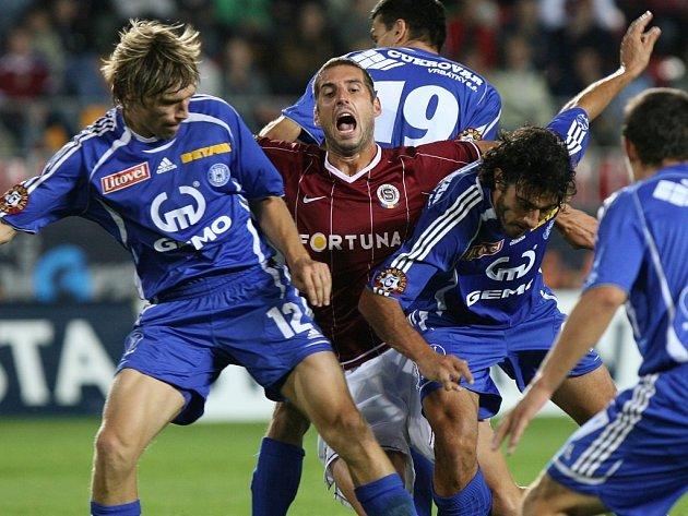 Aleš Škerle (č. 12) bojuje o míč.