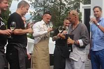 Zdeněk Pohlreich (druhý zprava) rozlévá víno před svou mobilní restaurací v olomouckých Smetanových sadech