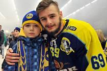 Michal Popelka s jedním z mladých fanoušků Zubrů při postupových oslavách